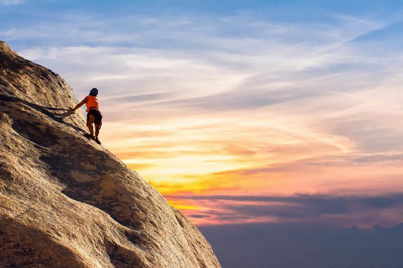 Una persona escalando una montaña