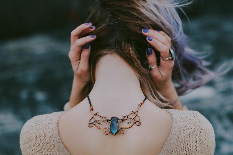 Una mujer con una gran piedra preciosa detrás de su cuello