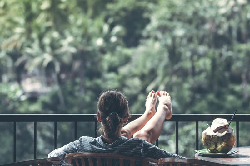 Una mujer descansando en un balcón