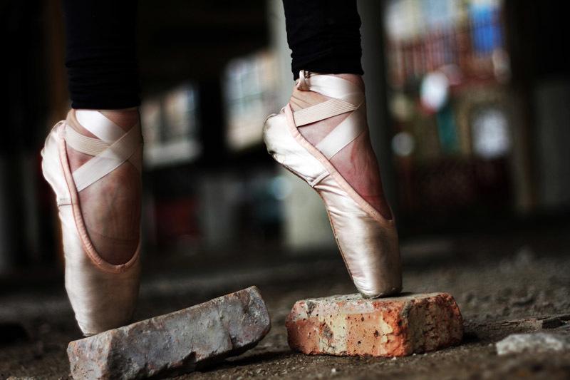 Una bailarina balanzando en pointe
