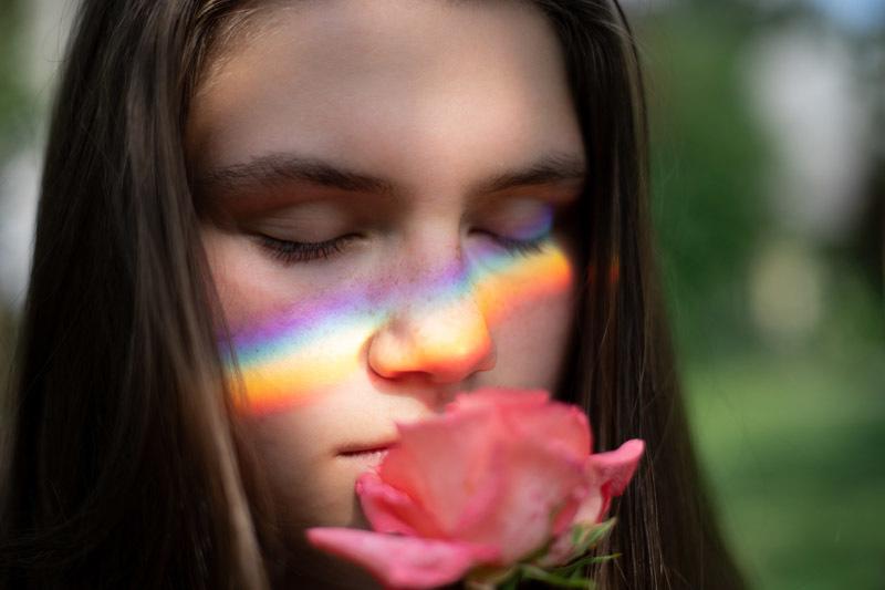 Una mujer oliendo una flor